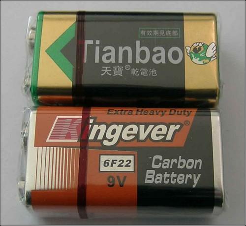 Подходят самые обычные девятивольтовые батарейки.