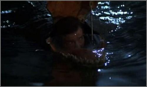 Джеймс Бонд в пасти механического аллигатора.