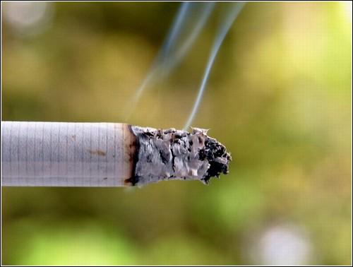 Дым устраняется из воздуха, но не из легких курильщика.