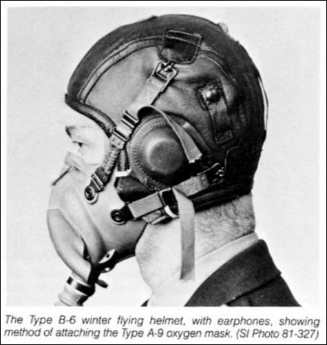 На закуску - еще один кожаный летный шлем.  Достаточно продвинутый, с наушниками и кислородной маской.