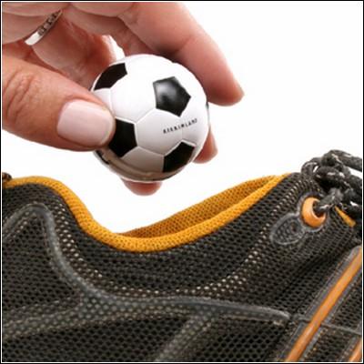 Освежители спортивной обуви в виде футбольных мячей.