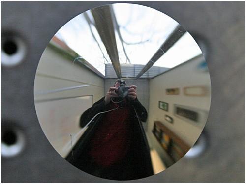 Круглое зеркало, в котором линии - прямые.