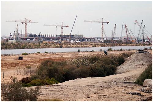 Строительство Масдар-сити. Экологичный город начнет заселяться уже осенью.