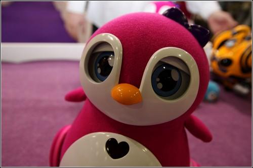 Розовый робот-пингвин Penbo.