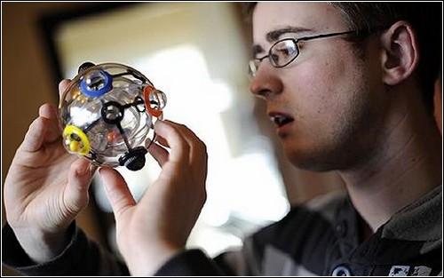 Дэн Харрис, чемпион по сборке кубика Рубика, пробует свои силы на Rubik 360.