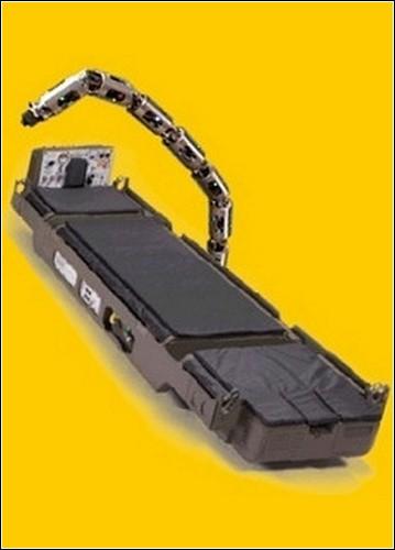 Рука-робот, установленная на носилки LSTAT.