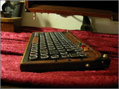 Деревянная клавиатура с металлическими клавишами.
