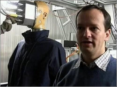 Потеющий робот Sweating Agile Mannequin (SAM) и профессор Росси.