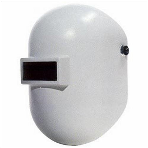 Белая сварочная маска для работы с трубами.