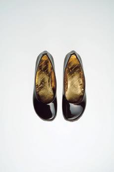 Шоколадные туфельки черного цвета для столь же сладкой девушки