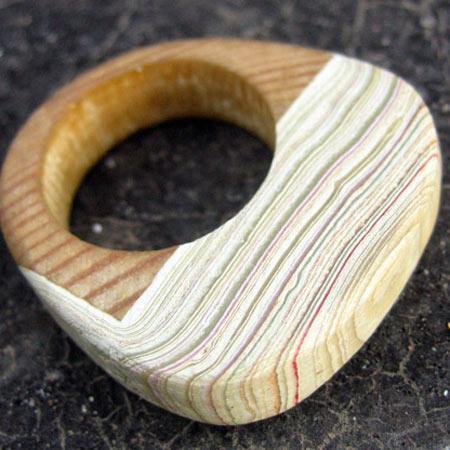 Кольца из тщательно окрашенного деревянного стола