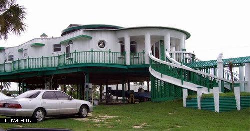 Похоже на гостиницу. Но нет, это частный дом. Флорида