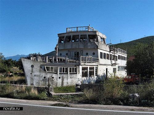 Дом-затонувший корабль. Печальное зрелище. Крит