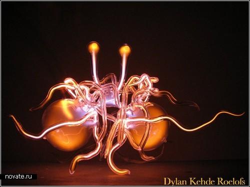 *Лампочки Ильича* как произведения искусства. Стеклянные скульптуры Дилана Кехде Роэлофса (Dylan Kehde Roelofs)