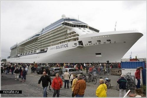 Гигантский круизный лайнер, рассчитанный на 2850 человек