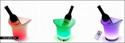 Сияющее и переливающееся разными цветами ведро для льда и шампанского