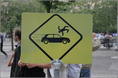 Автомобиль нужно обходить спереди...