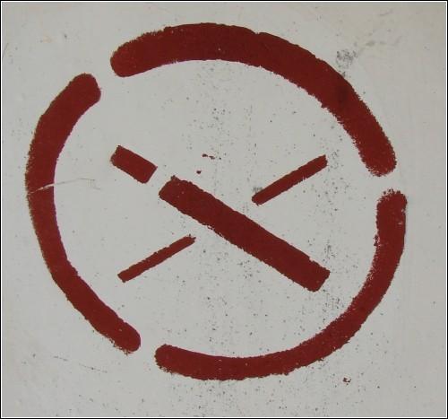 На *Не курить* не похоже. Наверное, все же *Тушите сигареты в пепельнице*