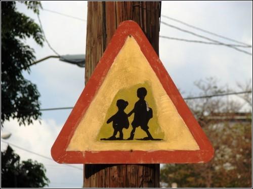 А это аналогичный знак, но уже в более дорогом районе Гаваны. Детям состоятельных кубинцев не пристало мчаться в школу сломя голову