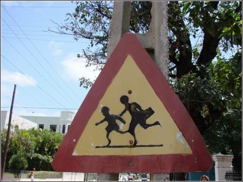 Знак *Осторожно! Дети!* в кубинской столице. Больше похоже на *Осторожно! Лыжники без палок!*