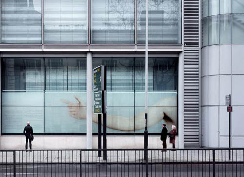 светящаяся рука на Euston road