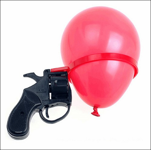 Игрушечный пистолет, стреляющий булавками