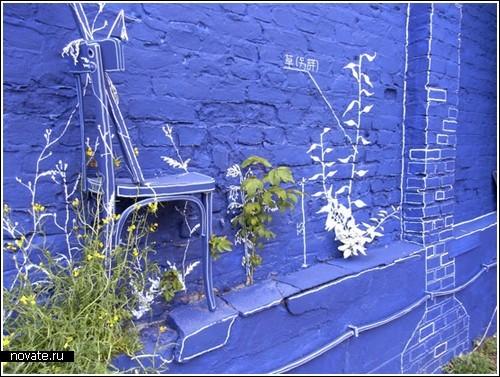 Инсталляция в синем цвете «Чертеж» на выставке в Берлине