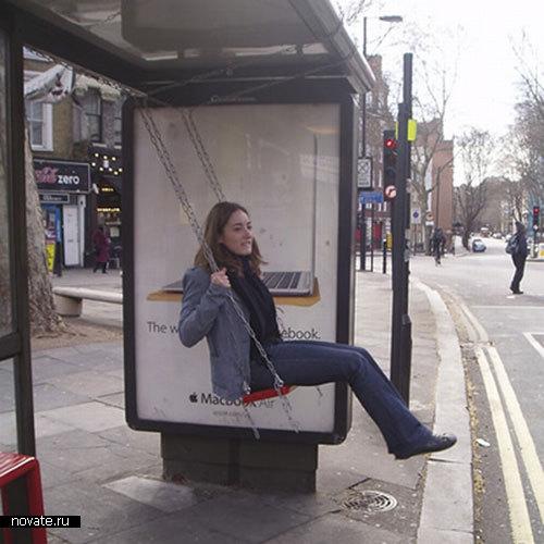 Качели на автобусной остановке
