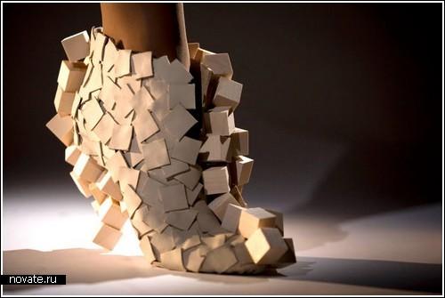 Женская обувь из стекла, дерева и бумаги