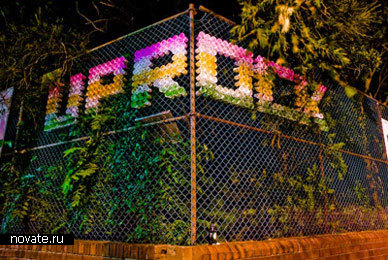 Вместо граффити – чашки на заборах