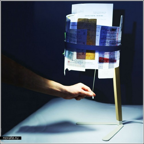 Лампа без абажура, но с документами