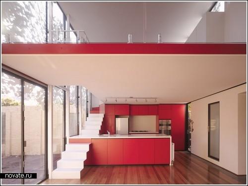 Лестница на второй этаж - над кухонной стойкой