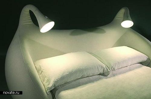 Кровать-диван с двумя ночниками
