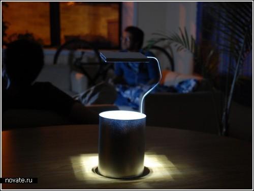 Настольная лампа с зеркальцем, отражающим свет