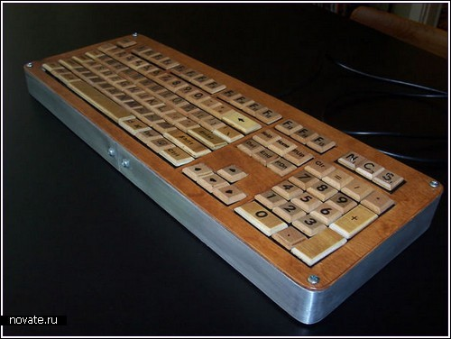 USB-клавиатура с клавишами-фишками из настольной игры