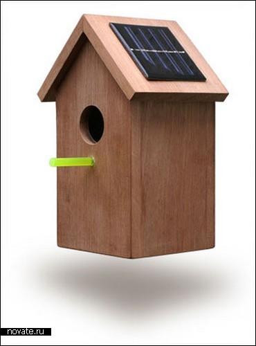Скворечник с солнечной батареей на крыше