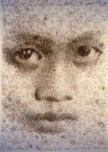 Куми Ямашита, детское лицо из следов военных ботинок на простыне