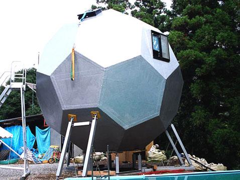 Дом в виде футбольного мяча