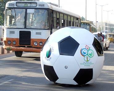 Футбольный мяч, автомобиль