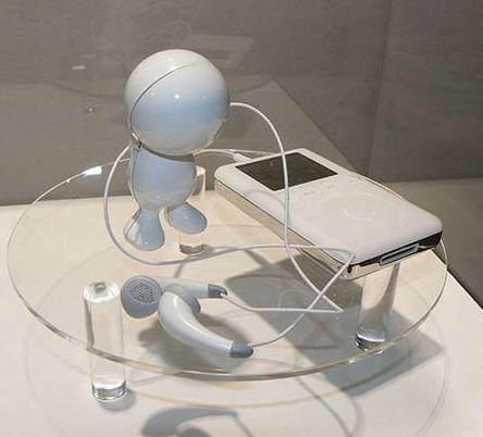 Наушники в виде смешного робота с длинными руками
