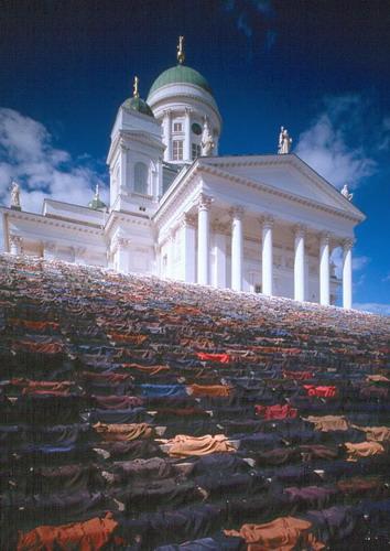 Лестница мужских пиджаков у собора