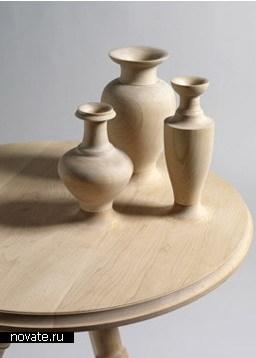 Стол с вазами