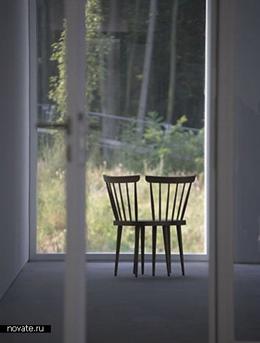 Скамейка из сросшихся стульев