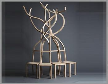 Скамейка из переплетенных стульев