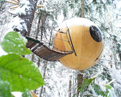 Огромные шарообразные дома подвешиваются к деревьям и другим объектам