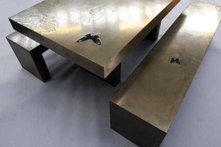 Скамейки и стол с бабочками