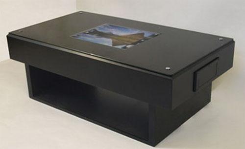 Стол с сенсорным экраном посередине