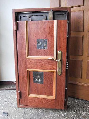 входная крепкая дверь
