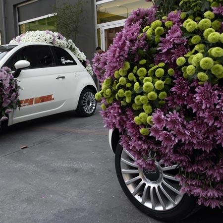 Автомобили, украшенные цветами на открытии выставки в Милане