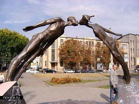 Памятник влюбленным, расположенный в Харькове